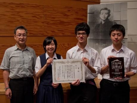 3位入賞を果たした水沢商(左から鎌倉道彦さん、佐藤絢香さん、菊池圭市さん、千田耕平さん)