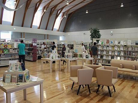 図書館内には、6万冊の蔵書が集まる