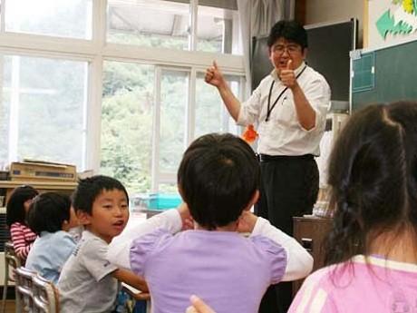 鬼柳さんの「ビジョントレーニング」に興味を示す子どもたち