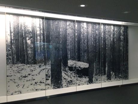 岩手県立図書館入り口(アイーナ3階)に展示される本田さんの作品「山あるき-十二月2005年」