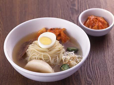 強いコシの麺が特徴の盛岡冷麺