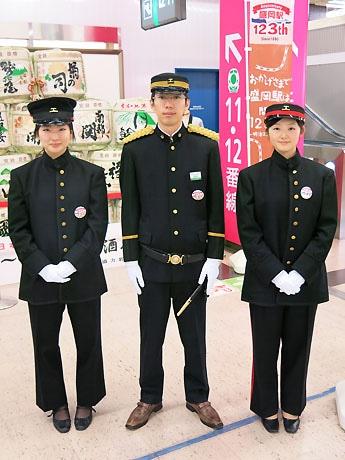 写真中央が駅長、向かって右が助役、左が駅員の制服に身を包んだ駅員