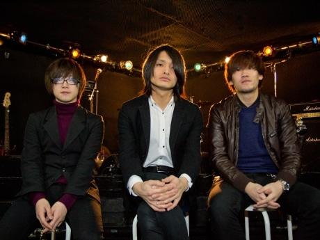 ベース川村聡(左)、ギターボーカル洞口隆志(中)、ドラム長谷川快人(右)