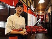 ワーホリで来盛の台湾人がわんこそば給仕に-観光客にも好評