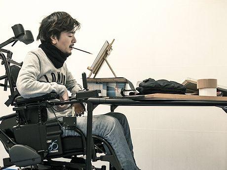マウスペイントをする松嶺さん(C)Yusuke Kashiwazaki for Wings for Life World Run