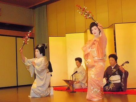 2012年に「盛岡芸妓」になったとも千代さんと富勇さんの演舞