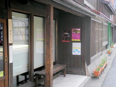 鉈屋町に貼られた「鉈屋町怪談」のポスター(左)