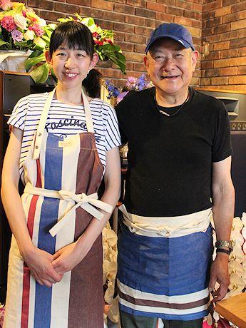 エプロンで出迎えてくれる「シェ・ジャニー」オーナーの春田光治さんと一代さん