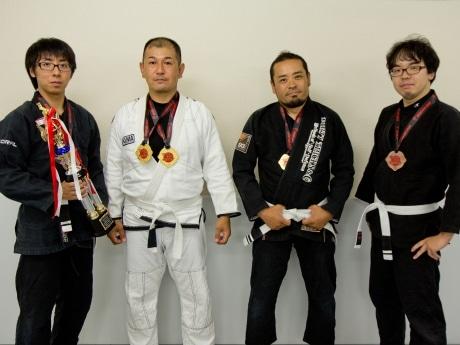 大会に出場した選手(左から、安田さん、秋元さん、松井さん、東さん)