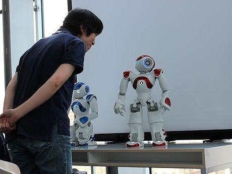 人工知能ロボット「NAO」は19カ国語で会話可能。参加者と英語で会話する場面も