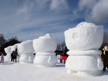 「わんこきょうだい」の雪像が来場客をお出迎え