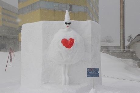 バレンタイン仕様の「ガガ雪像」