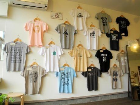 壁にずらりと並んだTシャツは全てお酒がテーマのデザイン