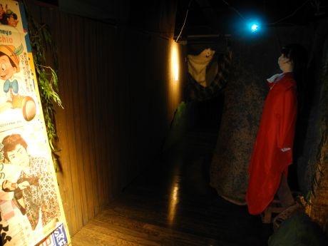ひっそりとたたずむ赤いコートの女性の正体は……?