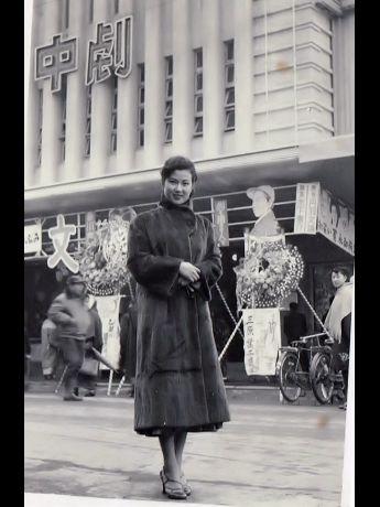旧中央映画劇場前でほほ笑む三原葉子さん