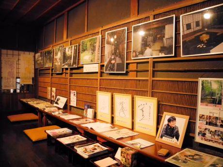 撮影中の写真や原作が展示されている一角