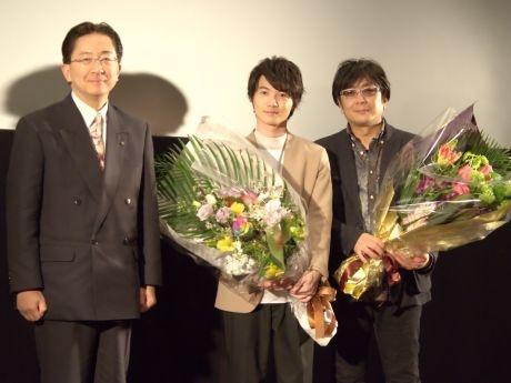 達増県知事から大友監督と神木さんへ花束が贈られた
