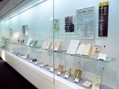 県内出身作家に関する資料が並ぶガラスケース