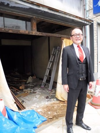 改修が始まった建物の前で「これから生まれ変わるのが楽しみ」と及川さん