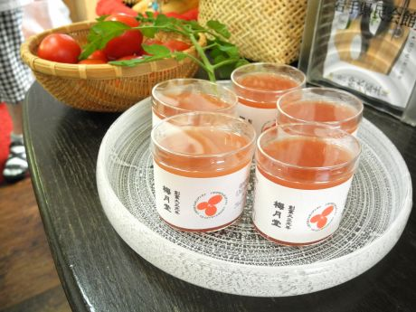 鮮やかなトマト色が特徴の「梅月堂特製トマト寒天」
