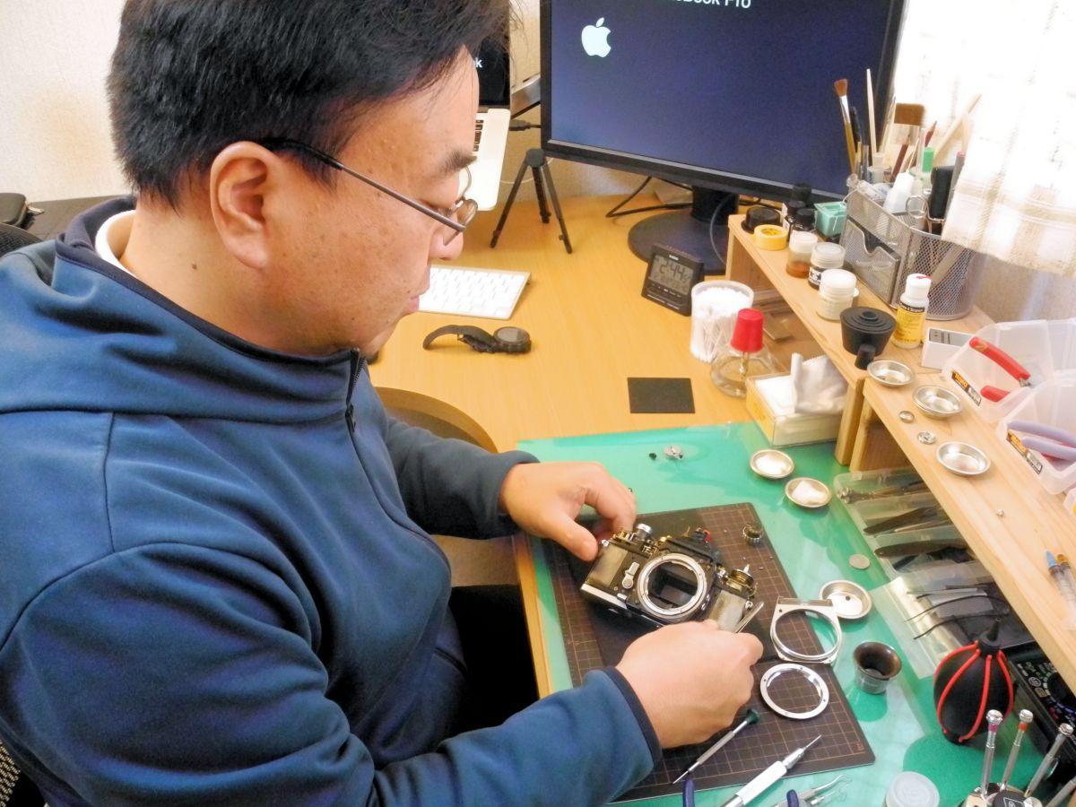 フィルムカメラの修理を行う小川さん。小さな部品が多く、細かく気を遣う必要があるという