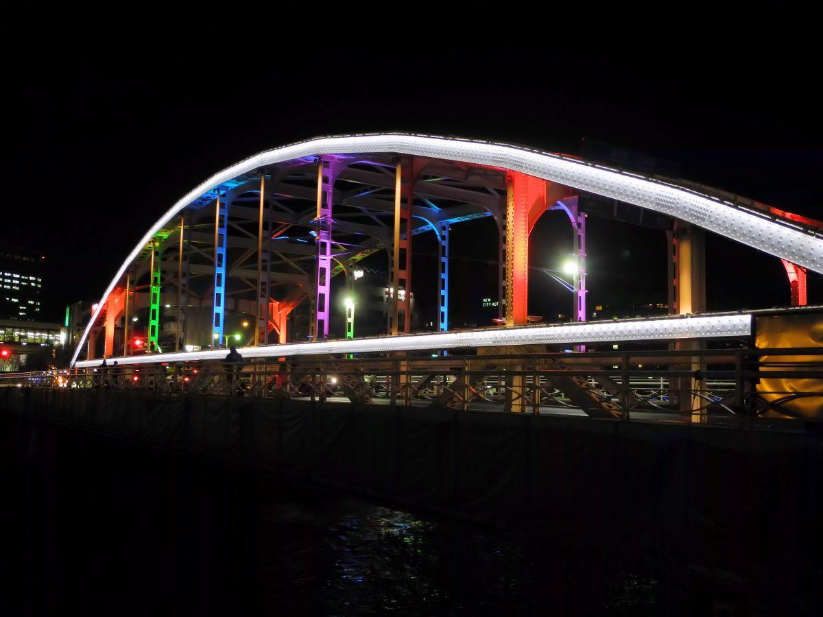 七色に照らし出される開運橋