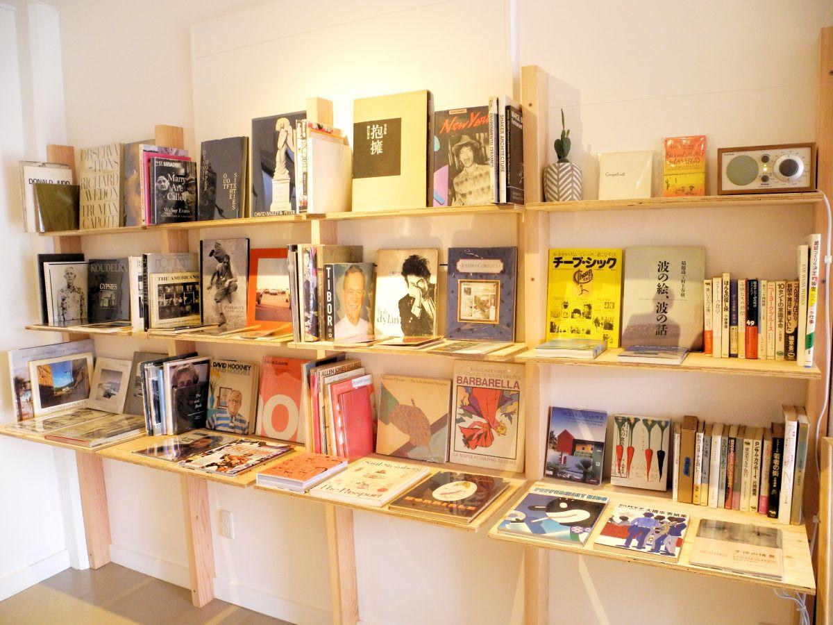 店主よりすぐりの本がずらりと並ぶ本棚