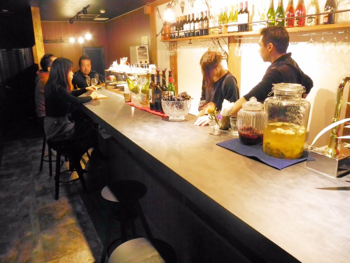 「Ocho」店内。棚にはスペイン産のワインが並ぶ