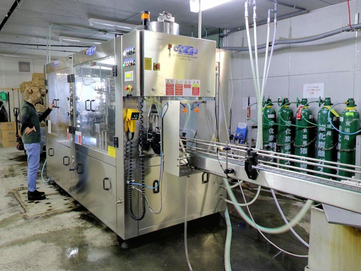 「インドアビュー」で公開されている工場内部。クマスタッフが働く姿も