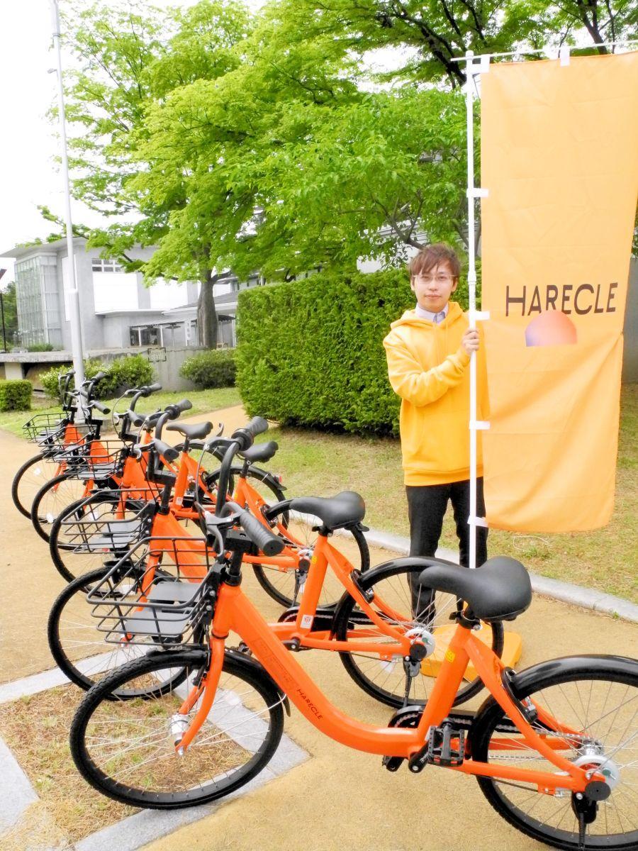 濃いオレンジ色が特徴の「はれクル」。「気軽に乗ってみて」と早瀬さん