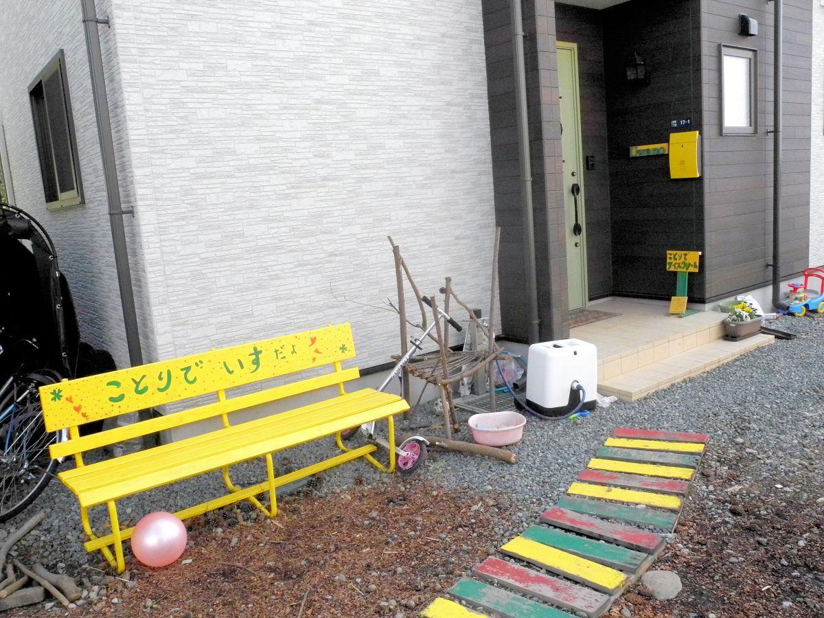 自宅を利用した「ことりでアイスクリーム」の店先。黄色いベンチが目印