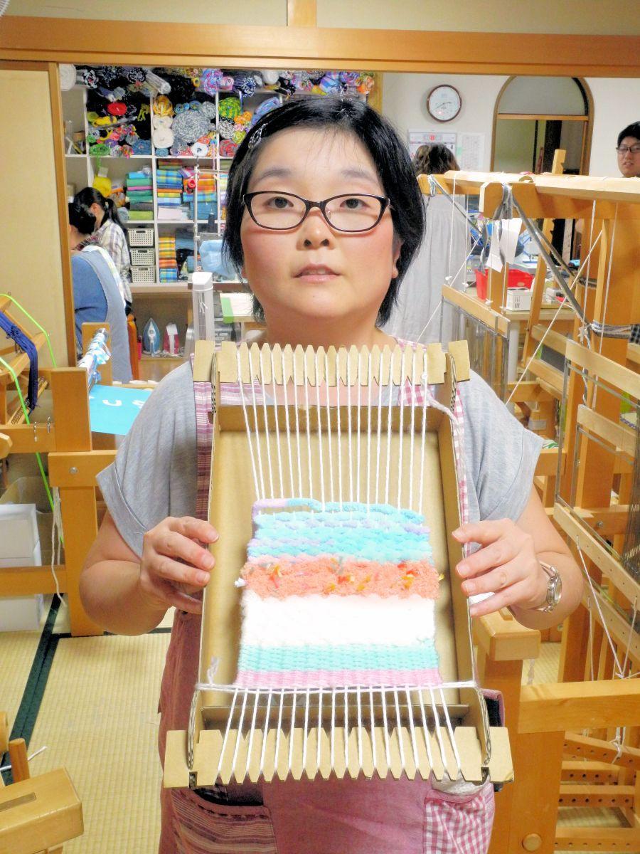 「ダンボルーム」を手にする「幸呼来Japan」の裂き織職人。開発には職人の知恵も取り入れた