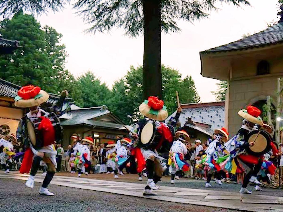 姿勢を低くして踊るのが特徴の「黒川さんさ踊り」