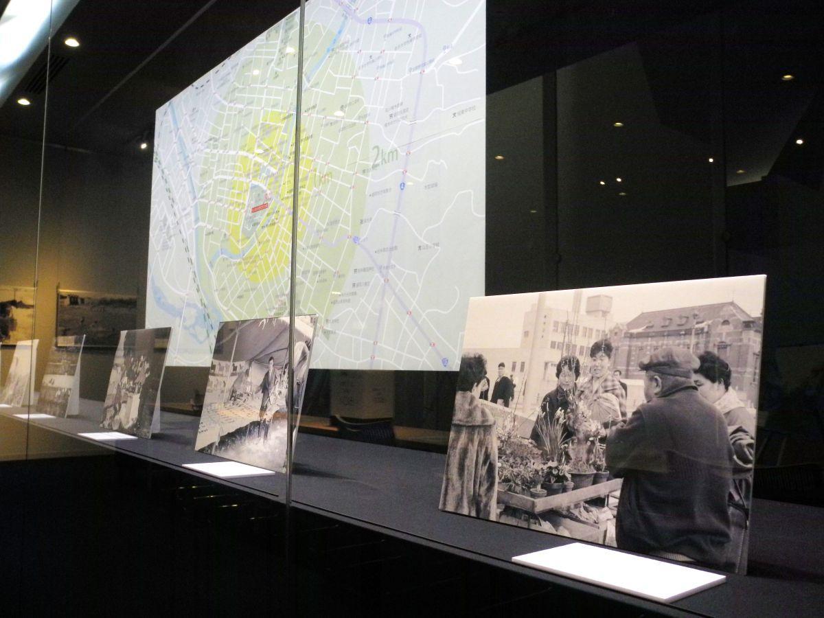 展示室に並ぶ写真。手前の写真には現在の「岩手銀行赤レンガ館」と見られる建物も