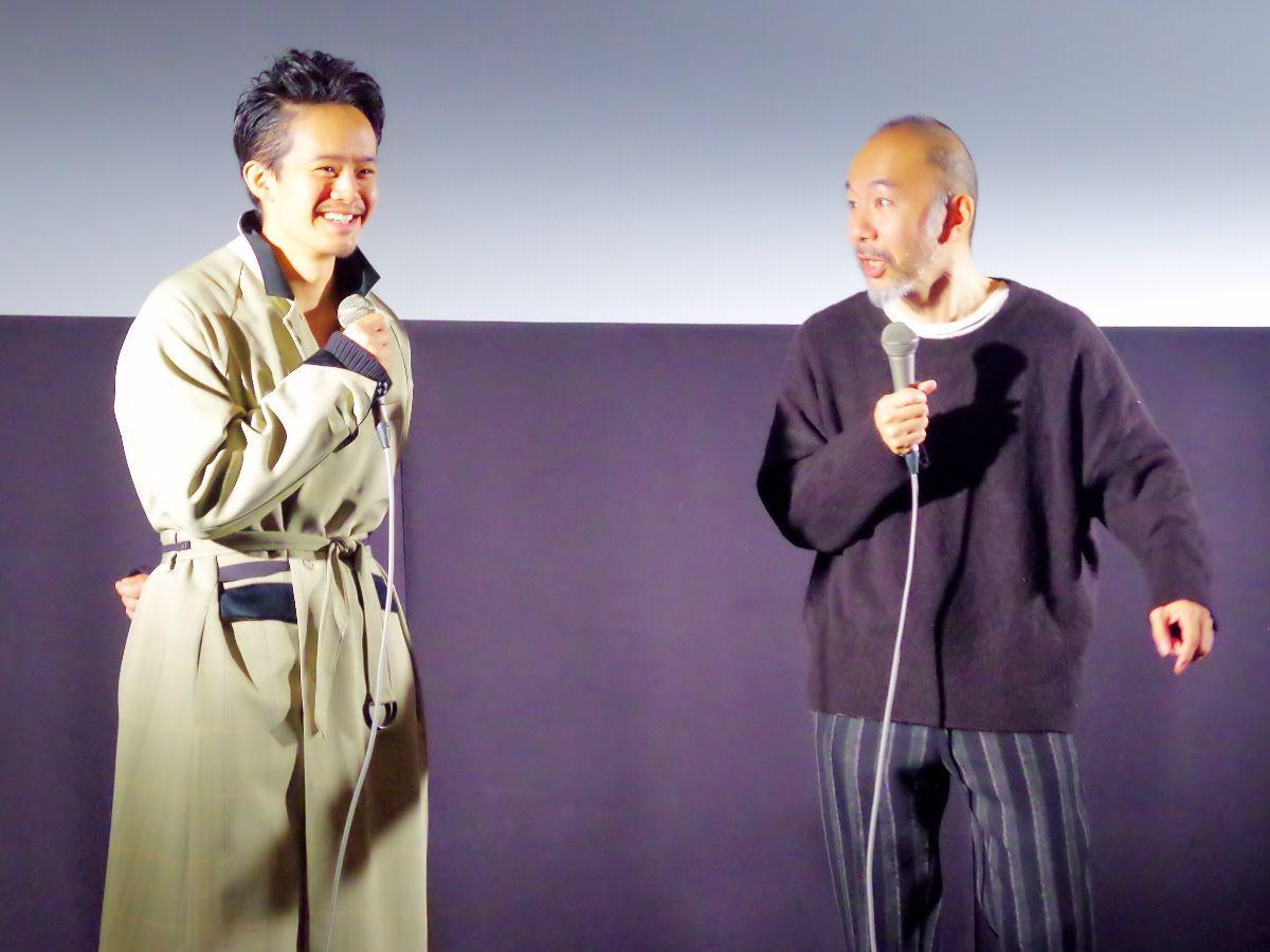 舞台あいさつに登場した塚本晋也監督(右)と池松壮亮さん(左)