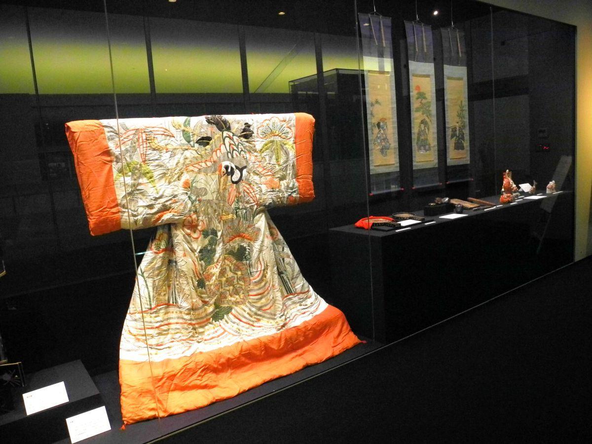 展示室中央には鶴や亀、松竹梅など縁起物が盛りだくさんに描かれた夜着が展示してある