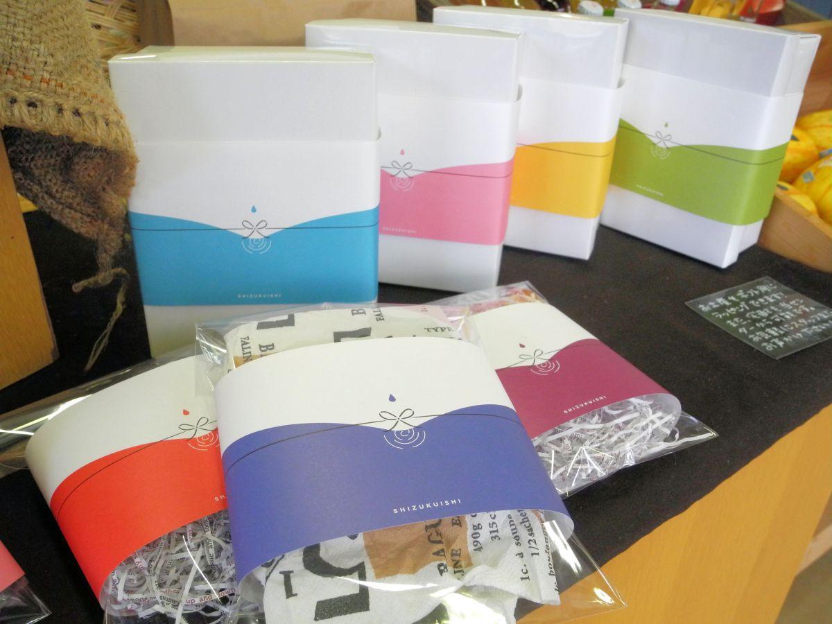 箱や袋を色鮮やかに包む「オシャレのし」。デザインは雫がモチーフ