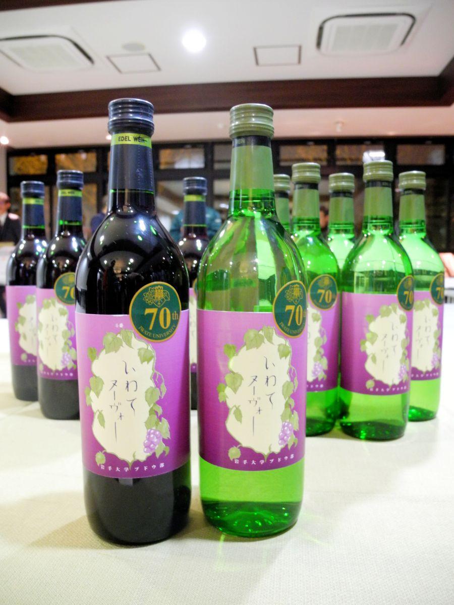 オリジナルデザインのラベルと創立70周年記念のシールが貼られたワイン