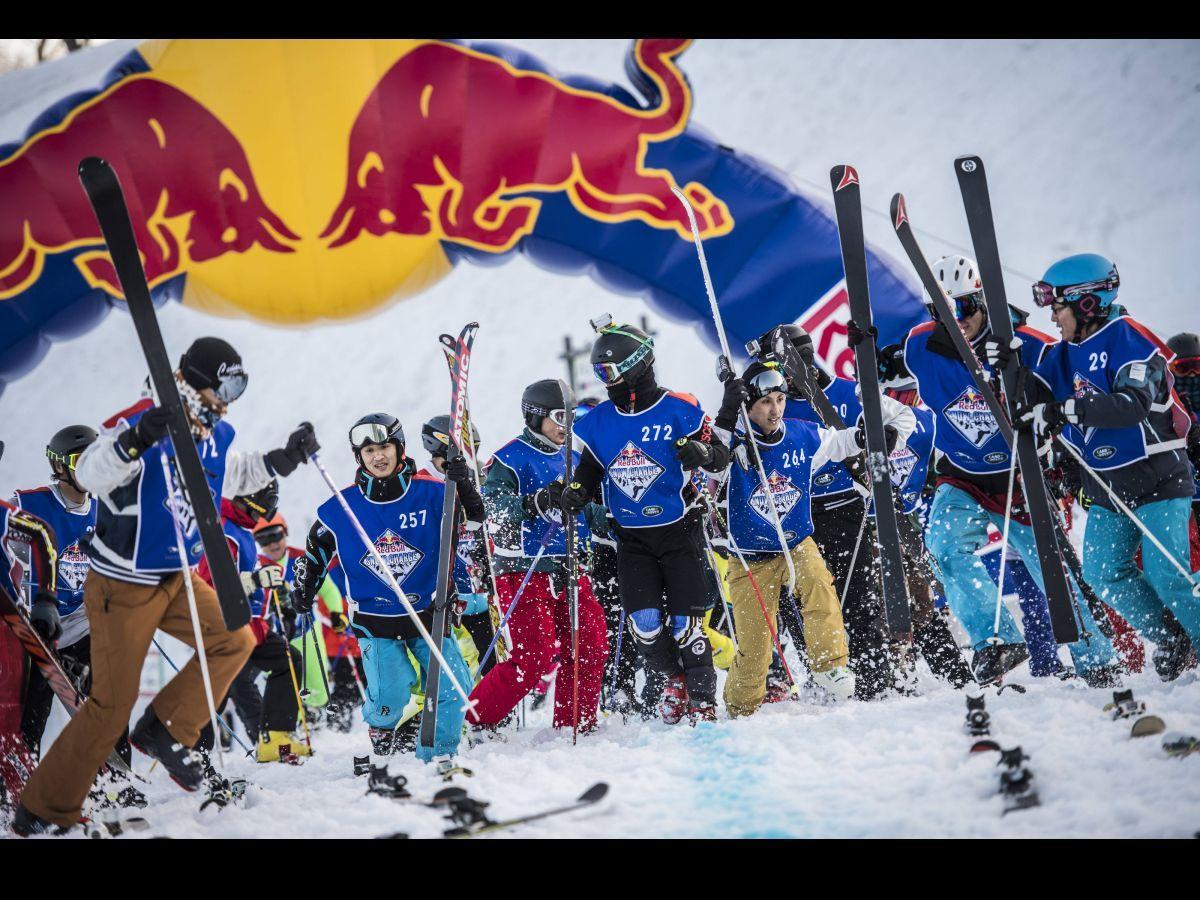 スタートの合図で一斉に駆け出し、板を探す参加者ら ©Jason Halayko/Red Bull