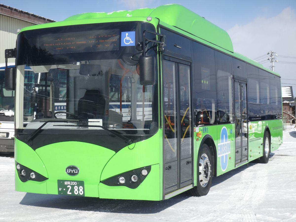 2月1日から運行する電気バス。緑の車体が目印
