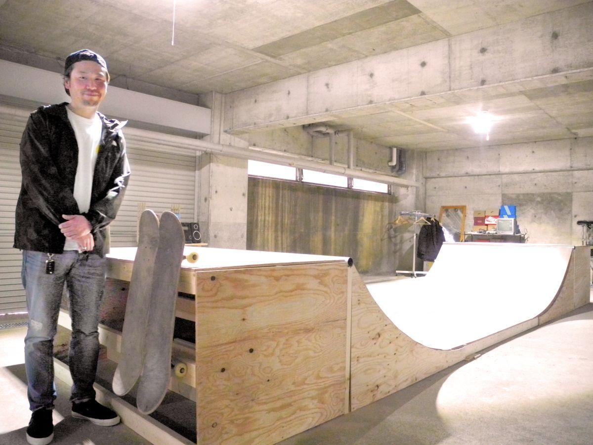 「地域のコミュニケーションの場になれば」と手作りのスケートボードランプ前で話す成田さん