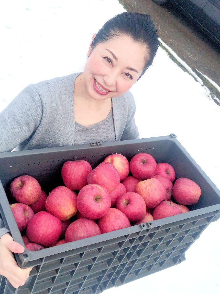 「皆さんと一緒に楽しんで植えたい」と佐藤さん。手には今年の秋に収穫したリンゴも
