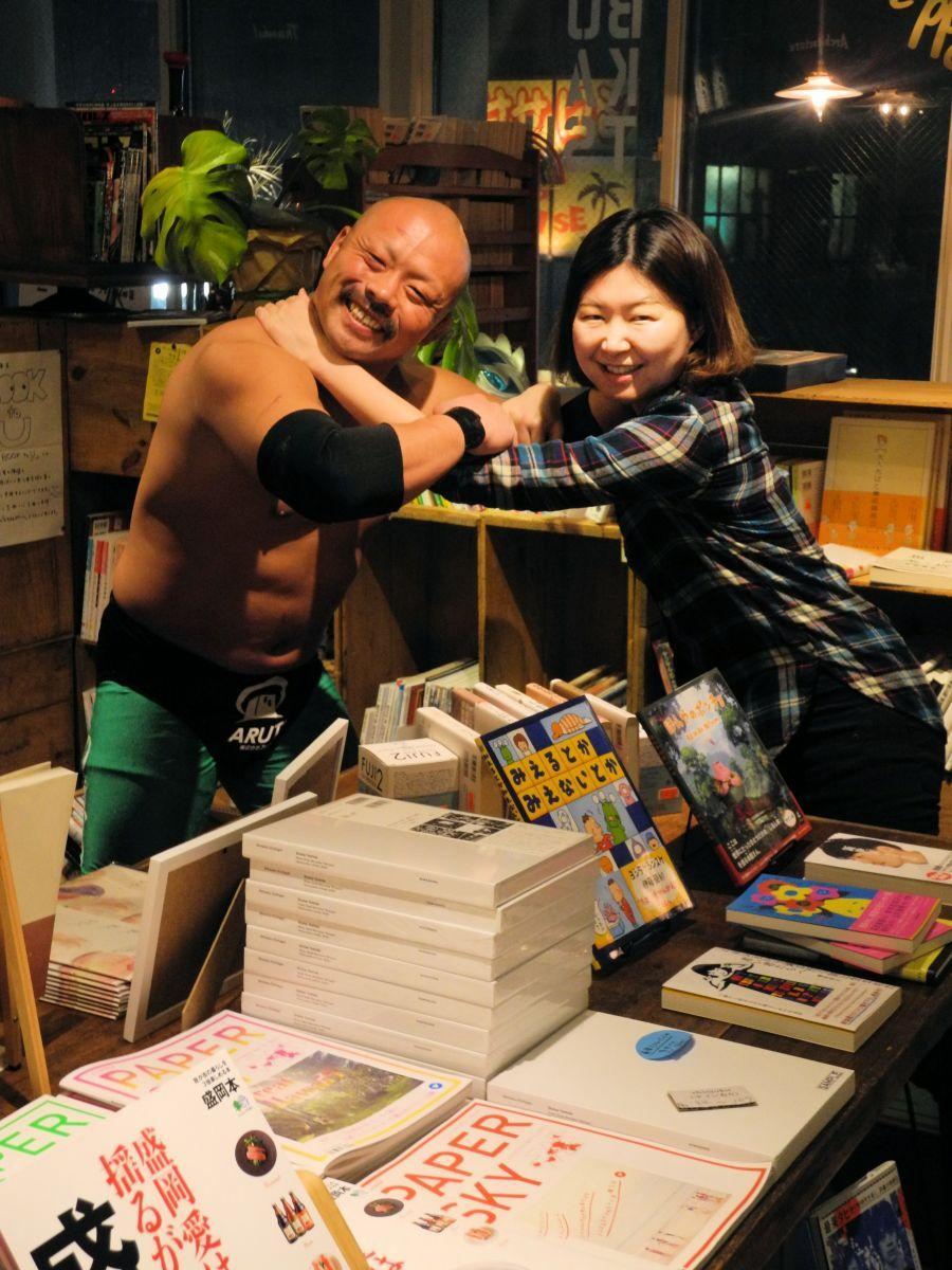 企画を立ち上げたのはし選手(左)と会場「Pono books&time」店長の小山さん