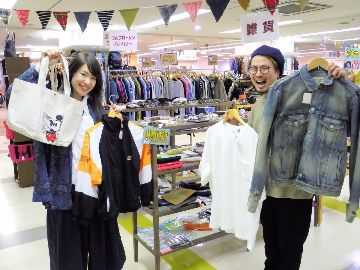 「皆さんの来店をお待ちしています」と浅沼さん(右)と会場スタッフ