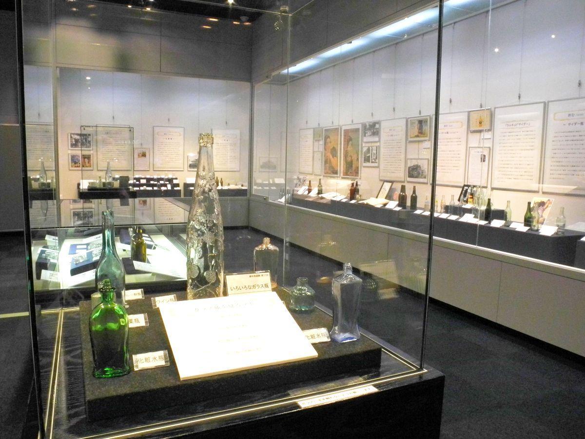 さまざまなガラス瓶が並ぶ展示室