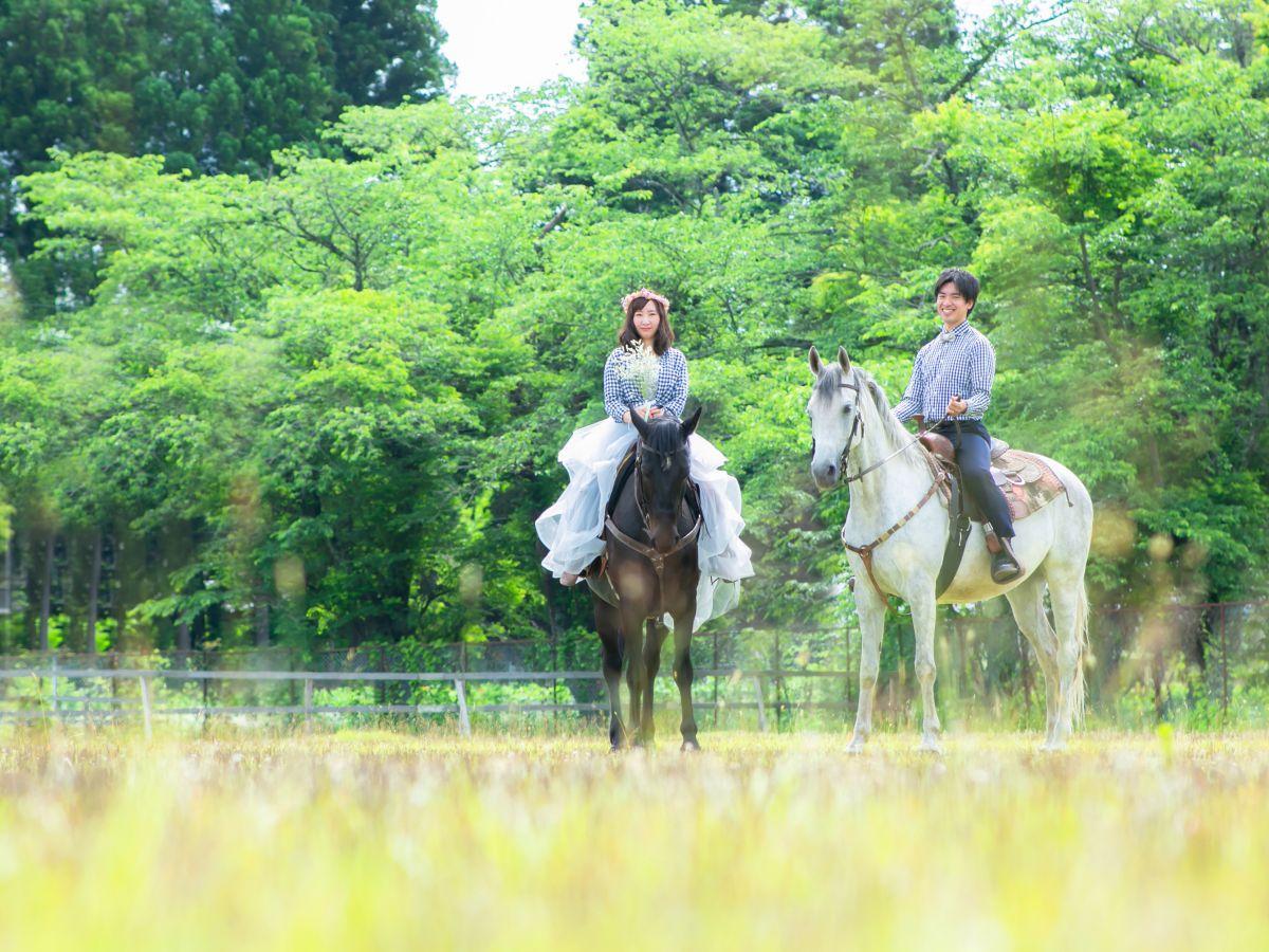 馬とともに写真に写る花嫁・花婿