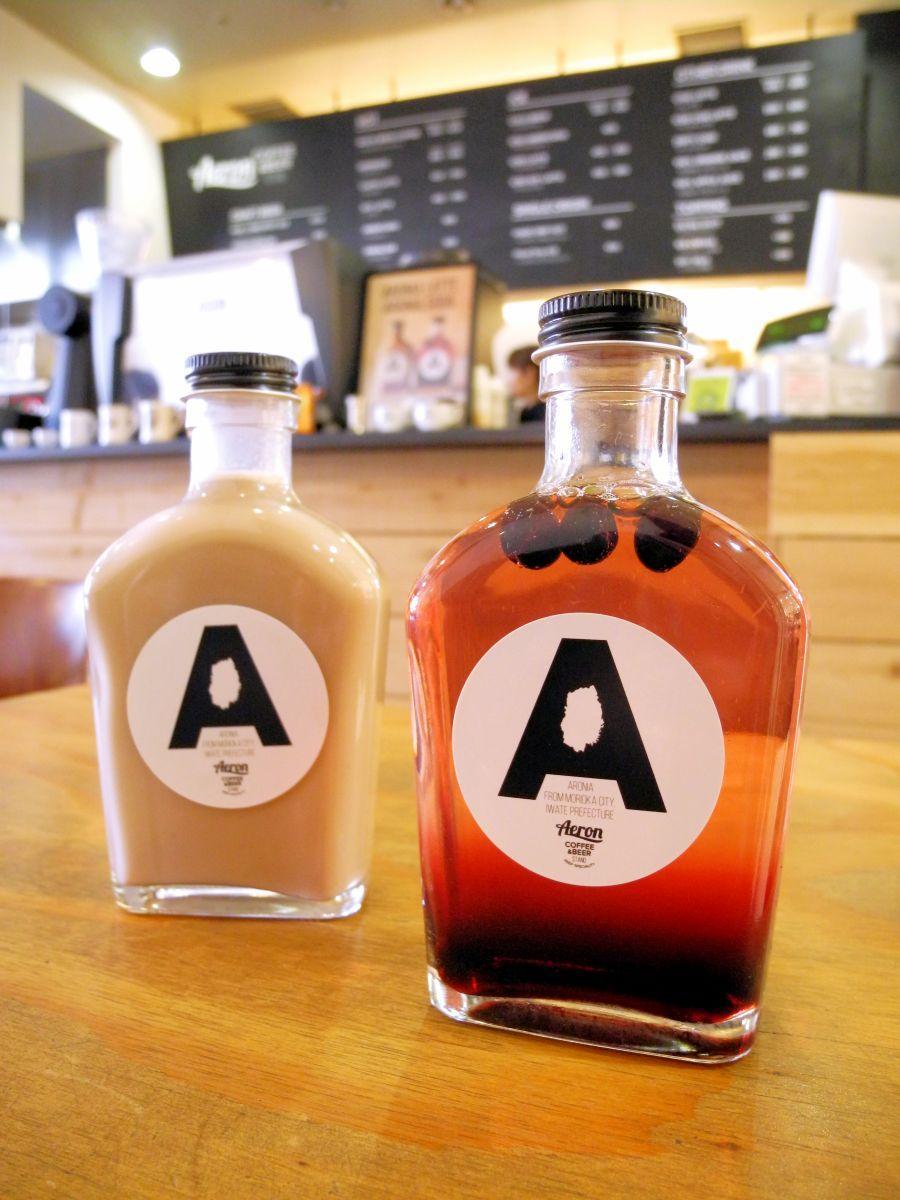 盛岡産のアロニアを使ったラテ(左)とソーダ(右)。お土産にもできるミニボトル入り