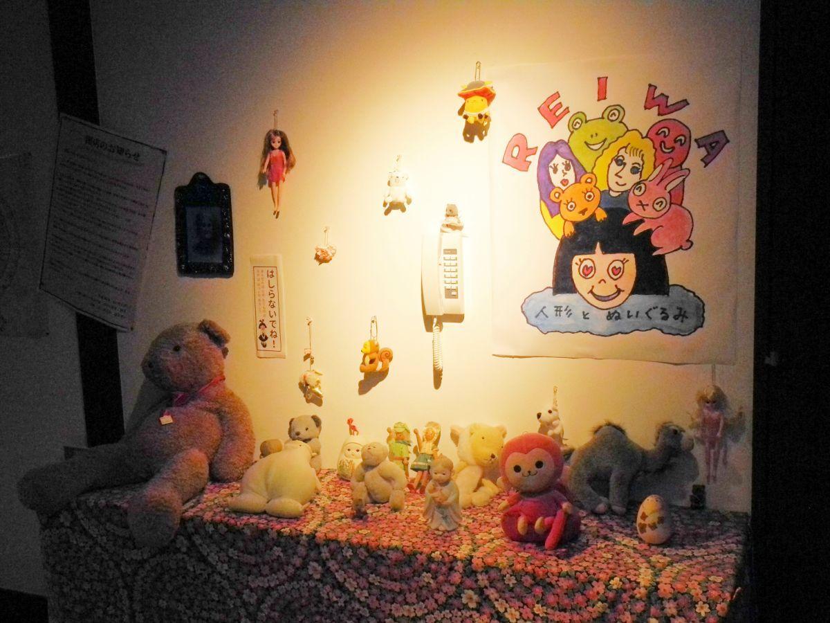 お化け屋敷の入り口には人形が並び不気味な雰囲気