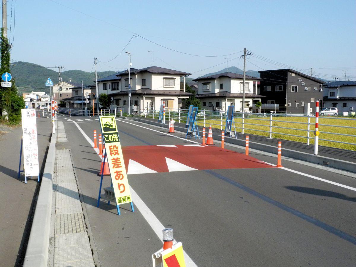 道路に設置された「ハンプ」。段差を付けることで速度を抑制する