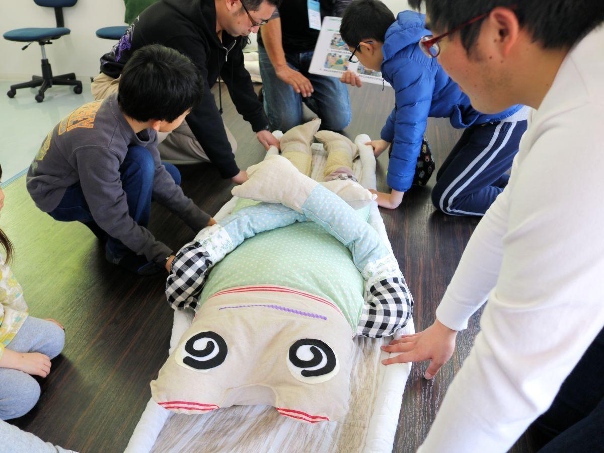 「イザ!いわて!!カエルキャラバン」で毛布担架に挑戦する子どもたち
